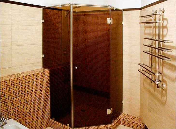 Душевая или душ в ванной без душевой кабины и поддона ...