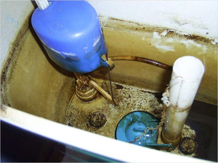 Поплавок в сливном бачке по отношению к уровню воды